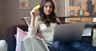 בחורה משלמת בכרטיס אשראי